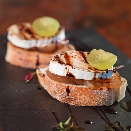 tapa de queijo chevre com cebola caramelada e redução de balsâmico com jerez