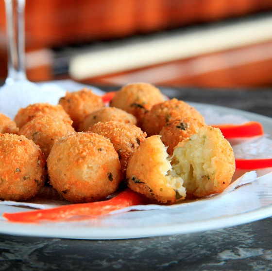 Arancini di gorgonzola (bolinho recheado de arroz italiano e gorgonzola) - R$ 29 - - Foto Artur Bragança 9