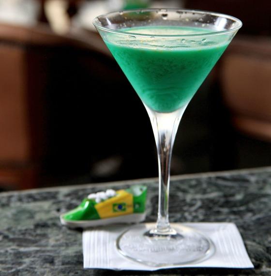 Drink Brasil (Cachaça, suco de abacaxi, suco de limão xarope de menta verde e leite condensado) 2 - Foto Artur Bragança