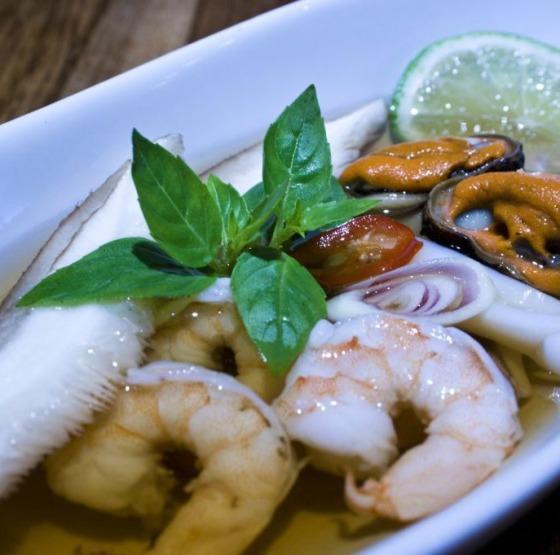 Sawasdee Bistrô_Po Teak_Sopa de camarão, lulas e mariscos com gengibre, namplá, shitake e manjericão_Crédito Thiago Sodré 300dpis