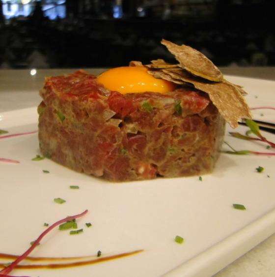 Tartar de atum com ovo perfeito, lascas de trufa branca e flor de sal_5