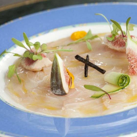 Chef Rouge, menu 'Verão com Rosés' - Carpaccio de Poisson (Carpaccio de peixe branco com azeite de baunilha) - Foto Bettina Fiuza