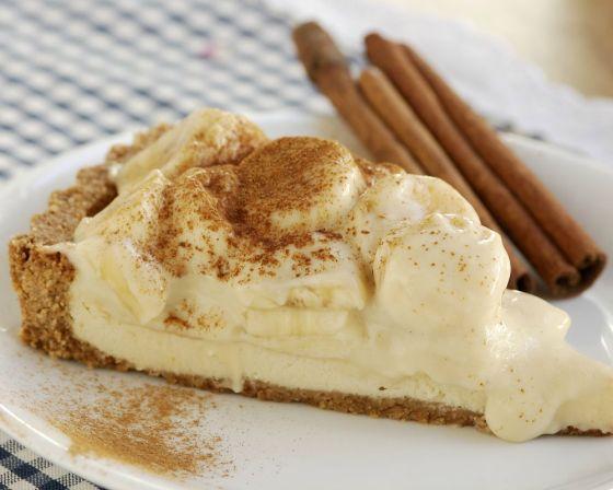Torta com cobertura de banana e creme de rum