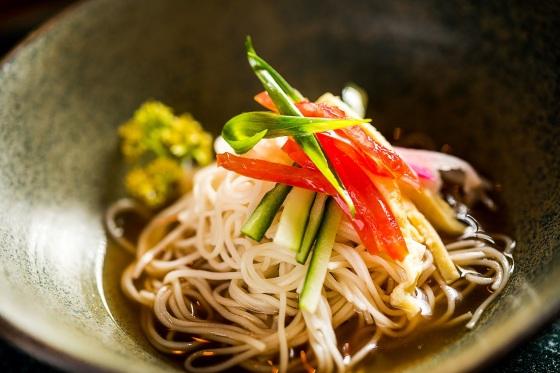 Sushi Izakaya Mok_Hiyashi Somen_macarrão fininho em dashi_crédito Filico de Souza (4).jpg