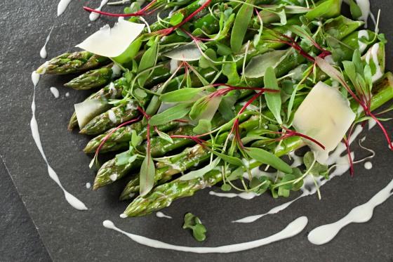 Temporada_Salada de Aspargos trufados, molho de grana padano e azeite trufado_foto Rodrigo Azevedo_20150925_309 (2).jpg