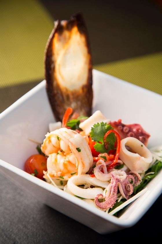 Salada de frutos do mar com rúcula selvagem, vinagrete mediterrâneo e tomate confit_EXECUTIVO_KAA_5_menor.jpg