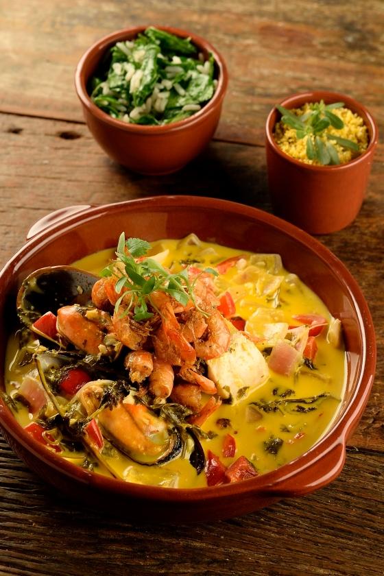 EMA_Moqueca de frutos do mar - robalo, mexilhões na concha, camarãozinho frito, arroz de taioba, farofinha de milho_Wellington Nemeth (4).jpg